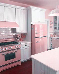 Kitchen Decor Ideas 33 Awesome Retro Kitchen Design Ideas Beautify Your Garden With A Bridge A good Cocina Shabby Chic, Shabby Chic Farmhouse, Shabby Chic Pink, Shabby Chic Decor, Casa Retro, Pink Houses, Cuisines Design, Vintage Kitchen, Pink Kitchen Decor