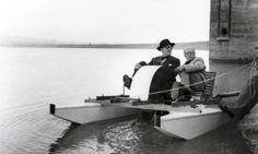 Le Corbusier et son cousin Pierre Jeanneret sur un pédalo signé ce dernier sur le lac Shukna.