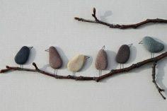 een paar takjes tegen een muur | platte stenen en afwerken met potloodstreepjes | DIY