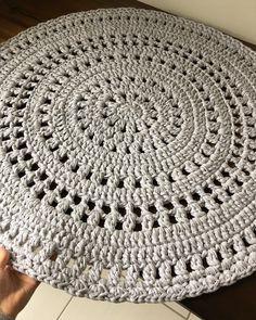 Tapete lindo passando na sua timeline 😍 Modelo da @molla.mills #crochemoderno Vai completar o cantinho para amamentação da mamãe… Crochet Table Mat, Crochet Doily Rug, Crochet Carpet, Knit Crochet, Doily Patterns, Crochet Patterns, Rugs And Mats, Knit Basket, Modern Crochet