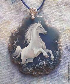 Купить или заказать Кулон 'Снежная лошадь' в интернет-магазине на Ярмарке Мастеров. Эта лошадь принесет вам удачу в 2014 году. Роспись на агате.