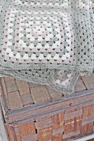 Sommerdager i sus og dus. Crochet Granny, Knit Crochet, Crochet Hats, Crochet Blankets, Granny Square Blanket, Granny Squares, Vibeke Design, Mohair Sweater, Velvet Ribbon