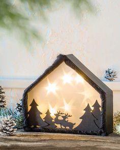"""Winterwald mit Sternenfolie (Idee mit Anleitung – Klick auf """"Besuchen""""!) - Dieser Basteltipp ist nicht mit der Schere geschnitten, sieht aber genaus so aus. Motivstanzer sind das Geheimnis hinter dem leuchtenden Winterwald. Das geht so schnell und einfach - das ist ein Riesen-Bastelspaß für die ganze Familie!"""