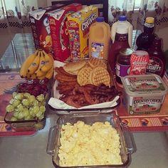 💗💖💗Saved by Ebony💗💖💗From Meenal R. Breakfast Party, Breakfast Platter, Breakfast Buffet, I Love Food, Good Food, Yummy Food, Pyjama-party Essen, Wedding Buffet Food, Sleepover Food