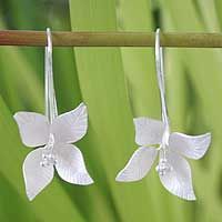 So beautiful!  Sterling silver flower earrings, 'Snow Blossom'  Evoking a blossom in the snow, Khun Boom creates earrings of exquisite femininity. She works in sterling silver to craft each delightfully textured petal.