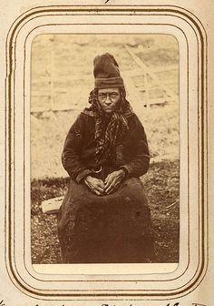 Porträtt av Karin Nilsdotter Finnberg, född Länta, 50 år, Sirkas sameby. Ur Lotten von Dübens fotoalbum med motiv från den etnologiska expedition till Lappland som leddes av hennes make Gustaf von Düben 1868.