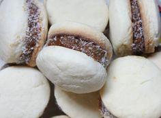 Alfajores de Maicena / Tres Tenedores Snack, Bakery, Bread, Cookies, Desserts, Recipes, Food, Candy, Chocolate