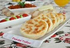 Kaymaklı Mini Bazlama Tarifi | Yemek Tarifleri Sitesi | Oktay Usta, Pratik Yemekler Albanian Recipes, Turkish Recipes, Turkish Breakfast, Good Food, Yummy Food, Recipe Sites, Bread Baking, No Bake Cake, Breakfast Recipes
