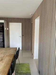 Her er panelerne monteret fast på en forskalling på væggen, hvilket er med til at stoppe genlyden i rummet. Derudover er der monteret vores 6 cm brede afslutningslister rundt om dørkarmene for at skjule forskallingen bagved💪👌 Det er smukt! Det er gennemført! Og det forbedrer akustikken markant! 🤩 🌳 Panelerne på billedet er i Eg med sort filt Home Projects, Tiny House, House Design, How To Plan, Architecture, Interior, Room, Inspiration, Furniture