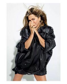 Nancy Dow, Jennifer Aniston News, Jennifer Aniston Pictures, Gold Jacket, Leather Jacket, Celebrity Beauty, Celebrity Style, Rachel Green Outfits, Jeniffer Aniston