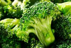 Das goldgelbe, leicht grünlich schimmernde Pflanzenfett riecht zart süßlich und wird in Kosmetik sofort vom Duft der anderen Zutaten überdeckt. Neben Öl- und Linolsäure, die super Durstlöscher für trockene Haut sind, enthält #Brokkolisamenoel stolze 48 Prozent der seltenen Erucasäure. Diese einfach ungesättigte, langkettige Fettsäure hat den Vorteil, geballte Pflege zu liefern, ohne sich schwer oder fettig anzufühlen. (...)