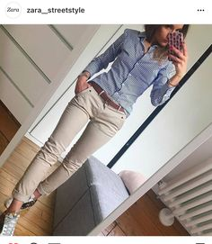 Blaues Hemd mit Nadelstreifen, kakifarbene Röhrenjeans, braune Sandalen und Gürtel Blue pinstripe shirt, khaki skinny jeans, brown sandals and belt Casual Work Outfits, Business Casual Outfits, Mode Outfits, Office Outfits, Work Casual, Fall Outfits, Fashion Outfits, Business Attire, Smart Casual