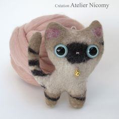 Child decoration : doudou siamese cat in felted wool. Handmade in France by Atelier Nicomy. https://www.facebook.com/visiteratelierNicomy/