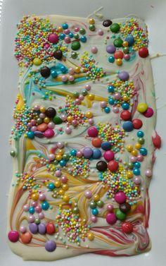 Unicornbark, unicorn bark,  eenhoorn kots Gemaakt van witte chocolade, smeltsnoep en veel, heel veel versiersels