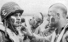 Os traemos un video de Jake Mcniece y sus hombres mientras se preparan el día 5 de Junio de 1944 para saltar sobre Normandia un día antes del desembarco y cumplir la misión de volar puentes para impedir la movilidad de tropas alemanas.
