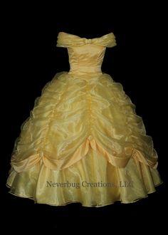 Il sagit dun costume personnalisé, professionnellement cousu. Toutes les coutures sont finis de surfilage et cousus directement pour la force et une finition professionnelle. Rien nest laissé inachevé-évitant toute démangeaisons qui pourrait causer de linconfort. Nous appuyer chaque morceau tel quil est monté pour la meilleure apparence possible lorsque vous avez terminé.  Cette robe est construite de la plus belle organza à jaunes et satin nuptiale déclat jaune soleil. Il y a des boutons…