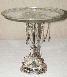 CENTRO DE MESA - banho de prata, pe circular com esculturas, haste em frisos e…