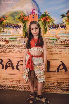 festa linda de menina no tema Moana, filme da Disney, by Camila Sarmento, festa chique feita na garagem de casa, mãe de menina, festa de menina 6 anos, doces by Julia Adami Cakes, tássila costa