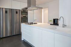 Cozinha - decoração apartamento Estoril : Bancadas por Home Staging Factory
