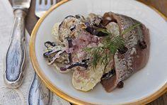 Enebærgryde med saltet aubergine, aspargeskartofler, dild og rødløg Enebær, snaps og løg giver karakter til yoghurten og kartoflerne, som serveres til de marinerede sild.