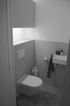 Door de betegelde lichtkoof krijgt dit toilet een heel luxe uitstraling.