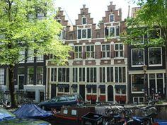 Amsterdam - Bloemgracht 87-91. De gevels van deze 3 huizen bleven uitzonderlijk goed bewaard. De architectuur met banden en blokken van natuursteen is kenmerkend voor het 2e kwart van de 17de eeuw. In het fries staan jaartalstenen en voorstellingen van de 'Steeman', de 'Landman' en de 'Zeeman'. De onderpuien met glas-in-lood ramen werden bij de restauratie gereconstrueerd op basis van bouwsporen. Ook inwendig zijn de huizen hersteld naar de 17de-eeuwse situatie, met een hoog voorhuis…