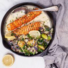 Recept på Krispig lax i krämig parmesan- och citronsås | MatHem Halloumi, Parmesan, Aloo Gobi, 20 Min, Sugar And Spice, Fish And Seafood, Paella, Hummus, Keto Recipes