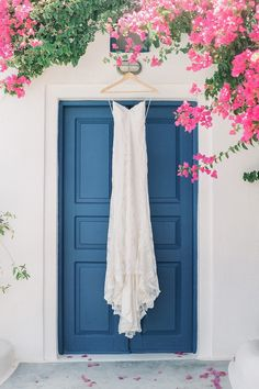 Alexia & Jeremy had a gorgeous international destination wedding in Santorini, Greece. Being their wedding photographer was an absolute career high! It was a true privelege to capture their amazing love in this incredibly beautiful place. Santorini Wedding, Greece Wedding, Wedding Blog, Destination Wedding, Wedding Ideas, Greek Blue, White Ribbon, Bridal Looks, Happy Day