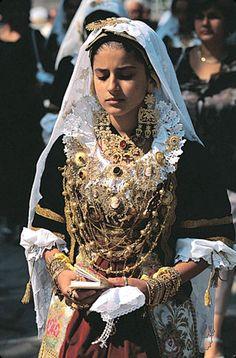 "Sardinian folk costume (""Gioielli in filigrana sarda ~ Sardinian filigree jewellery"") Costume Ethnique, Costumes Around The World, Folk Clothing, Folk Costume, People Of The World, Ethnic Jewelry, Classy Women, World Cultures, Traditional Dresses"
