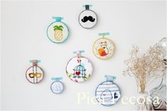 Cuadros hechos con tapas de botes de conservas recicladas, pintadas con chalk paint / Frames made with recycled canning jar lids and chalk paint