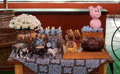 'Fazendinha'-Só delícias: mesa com biscoito, bolo, rocambole, fondue, barra de chocolate e brigadeiro. Childrens Party, Chocolate, Shower Ideas, Birthday Parties, Birthdays, Baby Shower, Kids, Horse Birthday, Farm Party