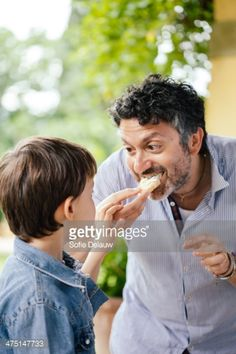 Foto de stock : Boy and father eating bread