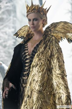 "Charlize Theron as the evil Queen Ravenna from ""The Huntsman: Winter& War"" ., Makeup, Charlize Theron as the evil Queen Ravenna from ""The Huntsman: Winter& War"" Costume design by Colleen Atwood. Atwood chose to expand upon . Colleen Atwood, Dark Queen, Ice Queen, Halloween Kostüm, Halloween Costumes, Queen Ravenna, Evil Queens, Fantasy Costumes, Cosplay"