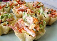 Тарталетки с корейской морковью и салями.