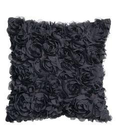 Check this out! Een kussenhoes van satijnen kwaliteit met decoratieve bloemen van chiffon. Blinde ritssluiting. – Ga naar hm.com om meer te bekijken.