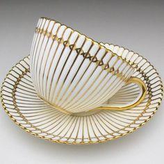 Porcelain tea cup, gold and white Vintage Pyrex, Vintage Tea, Vase Deco, Café Chocolate, Teapots And Cups, Teacups, China Tea Cups, My Cup Of Tea, Porcelain Ceramics