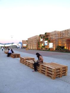 Side view with bench of the recovered pallets pavilion at Rio+20. Photo