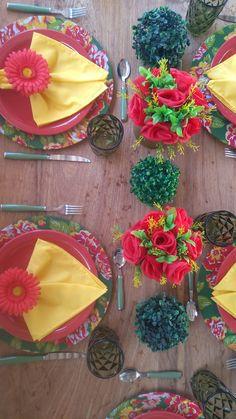 Uma bela mesa rústica com tons vibrantes.
