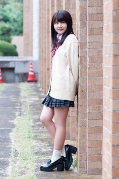 Japanisches Mädchen, das Stiefel tritt
