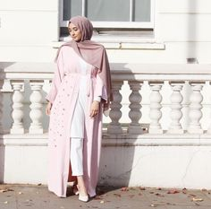Pinned via #MrsRawabdeh Abaya Fashion, Muslim Fashion, Kaftan, Hijab Trends, Abaya Style, Girl Hijab, Hijab Styles, Mode Hijab, Abayas