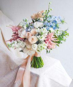 Marie Antoinette dos tempos modernos: sapatos de noiva, bouquet e bolo dos noivos em tons pastel, opulentos e com um toque fashion forward!