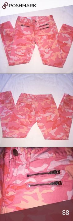 Gap peach/pink camo skinny jeans size 27. Super comfortable Gap peach/pink camo skinny jeans size 27. They have three decorative zippers in the front and are in excellent condition. GAP Jeans Skinny