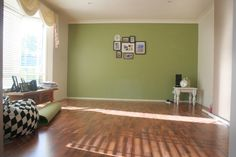 green feature wall - love the look with timber floor boards Interior Wall Colors, Flat Interior, Interior Walls, Lounge Mirrors, Feature Wall Living Room, Feature Walls, Dining Room Wall Decor, Accent Wall Bedroom, Green Rooms