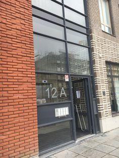 """Hus längs Hyllie Allé:  idé om hur vi kan skapa glasslits mellan huskroppar vid entréer: fasadmaterial fortsätter in i trapphus (synligt genom glasat parti våning 1)  Vån 2-5 i tex skivmaterial/annat """"inte-tegel"""""""