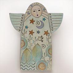 Ganz neu!!! Ein Engel für dich!    Wir lieben es zu experimentieren und neue Ideen! Dieses Stück ist das Ergebnis von einigen letzten experimentieren. Wir ausgerollt eine Tafel aus Ton, dann schneiden Sie die Form des Engels. Nächste beeindrucken wir Blatt Briefmarken und andere Fundstücke (z. B. Knöpfe, Muscheln, Holz Formen geschnitzt) in den nassen Ton ein interessantes Muster zu erstellen. Jeder Engel ist ein Unikat.    Nachdem das Stück hat getrocknet und in einem elektrischen Ofen…