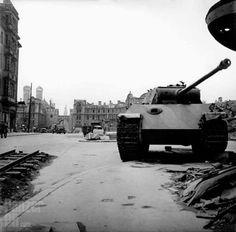 "https://flic.kr/p/DTPKNM   Panzerkampfwagen V ""Panther"" (7,5 cm Kw.K. L/70) (Sd.Kfz. 171) Ausf. G   Munich, June 1945. Abandoned Panther on Karlsplatz (Stachus)."