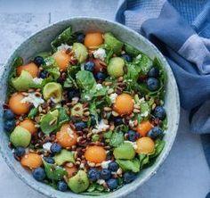 Sommersalat med melon, avocado, blåbær og pinjekerner