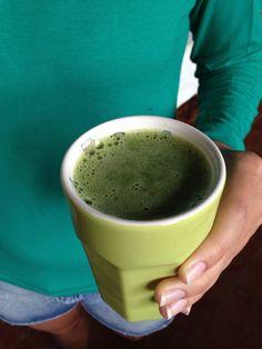 Suco verde: couve, hortelã, gengibre, maçã, laranja e gelo.