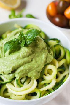 Zucchini-Spaghetti mit cremigem Avocadopesto. Für dieses 10-Minuten Rezept braucht ihr nur eine Handvoll Zutaten. Low Carb und super lecker - kochkarussell.com
