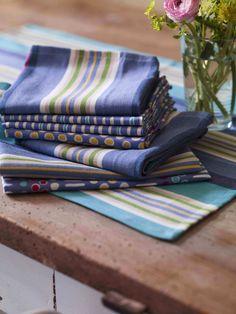 Herbst / Winter 2013 - Die Farben Lavendel und Türkis bringen frischen Schwung in Ihre Küche. Alle haben eine Größe von 45 x 60 cm und sind aus reiner Öko-Baumwolle.